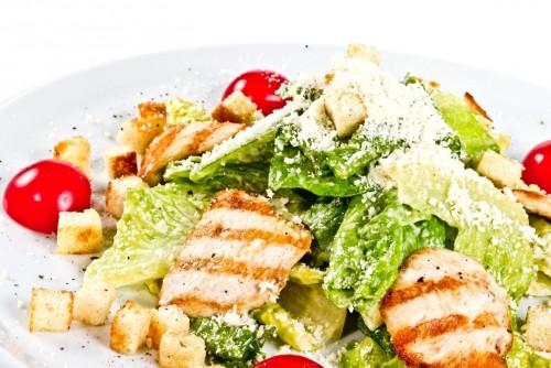 4 Незвичайні варіанти приготування салату «Цезар»