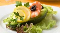 Авокадо з салатом і креветками