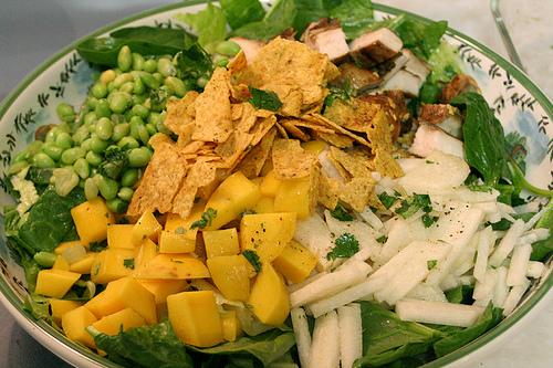 Азіатський салат з куркою і манго