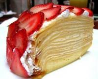 Млинцевий пиріг з бананом і полуницею