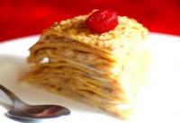 Млинцевий торт з бананами і волоськими горіхами