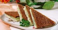 Чорно-білий бутерброд з огірком