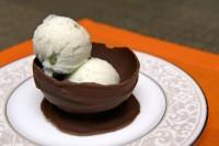 Робимо з шоколаду чашечки й тарілочки для десерту