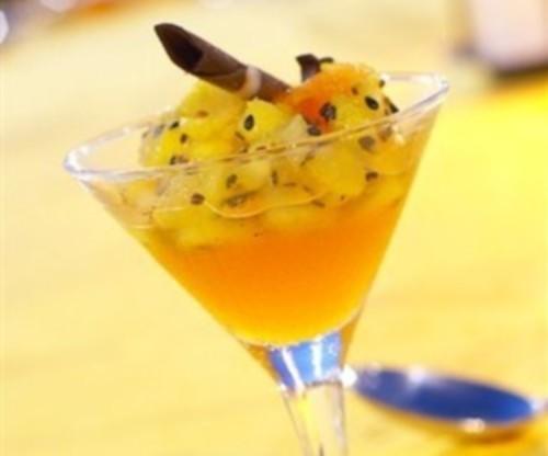 Десерт з ананаса в імбирно-ромовому сиропі