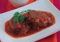 Дієтичні яловичі відбивні під томатним соусом