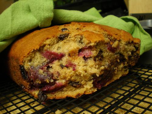 Домашній хліб з вишнею та шоколадом