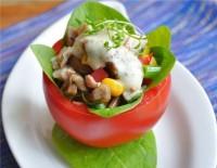 Фаршировані курино-грибним салатом помідори