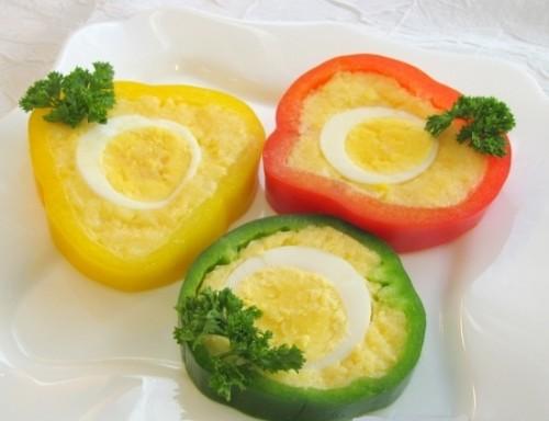 Фарширований яйцем і сиром перець