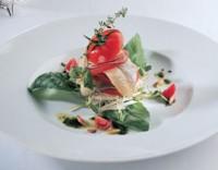 Філе норвезької оселедця з салатом з молодих пагонів зелені
