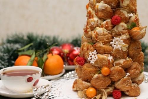 Французький новорічний торт «крокембуш»