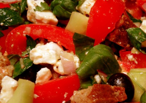 Французький салат з овочами і бринзою «Панзанелла»