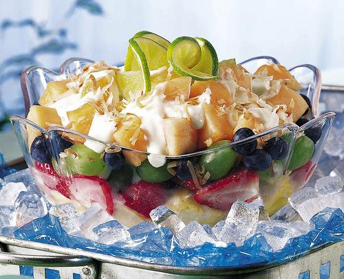 Фруктово-ягідний салат з йогуртом