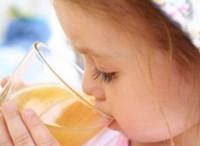 Фруктові соки руйнують зубну емаль