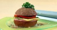 Гамбургер з помідорами і сиром