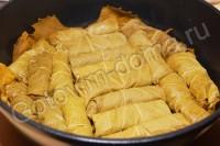 Голубці в бурякових листках з начинкою з сиру і овочів