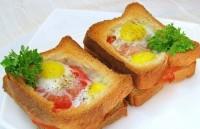 Гарячі бутерброди з яйцями, окостом і помідорами