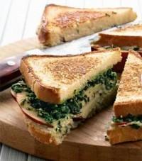 Гарячий сендвіч з блакитним сиром, горіхами та яблуками