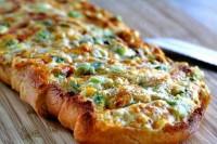 Гарячий сирний бутерброд з зеленню і часником