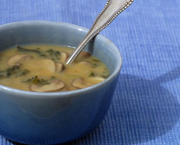 Гороховий суп з грибами і сушеної паприкою