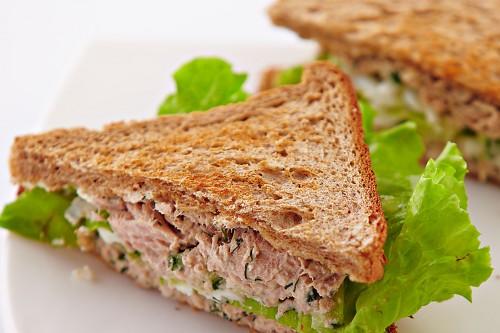 Готуємо найпопулярніший сендвіч - з тунцем