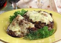 Яловичина, запечена з грибами та оливками