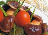Гриби консервовані в томатному соусі