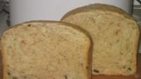 Хліб з оливками, помідором і чілі
