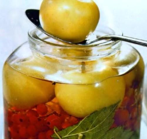 Яблука, мариновані з червоною смородиною