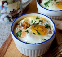 Яйця, запечені з помідором і беконом