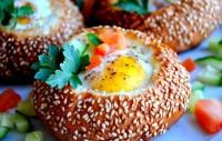 Яйця, запечені в булочці