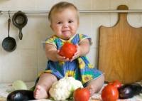 Як познайомити дитину з дорослою їжею?