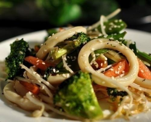 Кальмари з літніми овочами - рецепти легких страв