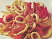 Кальмари з овочами і маринованою цибулею