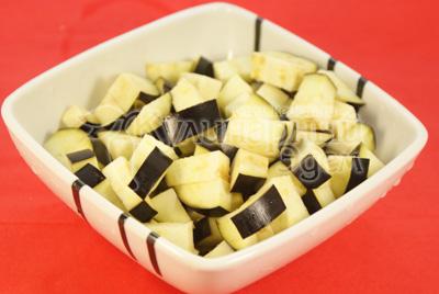 Баклажан порізати кубиками і посолити. Дати постояти 30 хвилин. - Каннеллони з м'ясною начинкою і томатним соусом з баклажанів