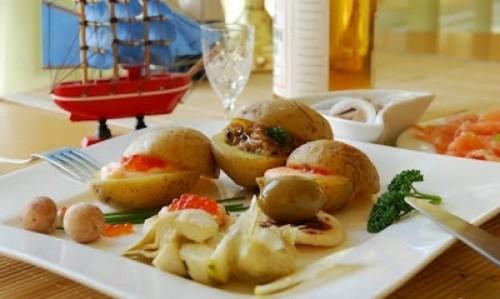 Картопля відварна з ікорно-сметанним соусом