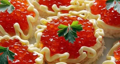 Класичні закуски: робимо і оформляємо бутерброди з червоною ікрою