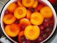Компот з вишнею, яблуками і персиками