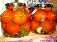Консервовані помідори в різних соках