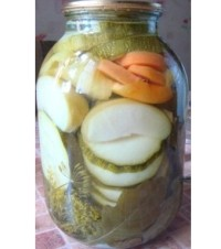 Консервовані в яблучному соку кабачки, яблука і моркву