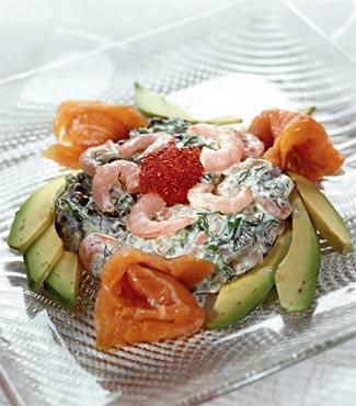 Копчена форель з креветковим салатом