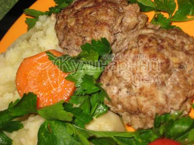 Котлети, тушковані з овочами - готову страву.