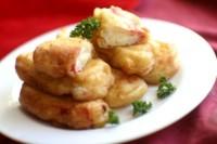 Крабові палички, фаршировані плавленим сиром, в пивному клярі зі сметанним соусом