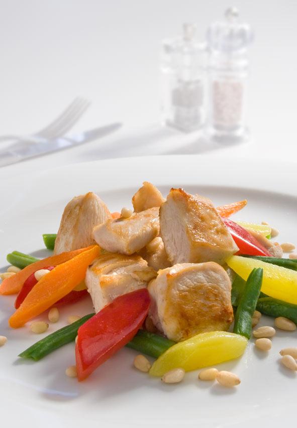 Куряче філе з овочами і кедровими горішками