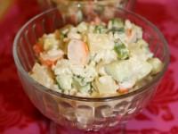 Легкий салат з ананасом, огірками і креветками