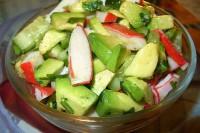 Легкий салат з огірком, авокадо і крабовими паличками