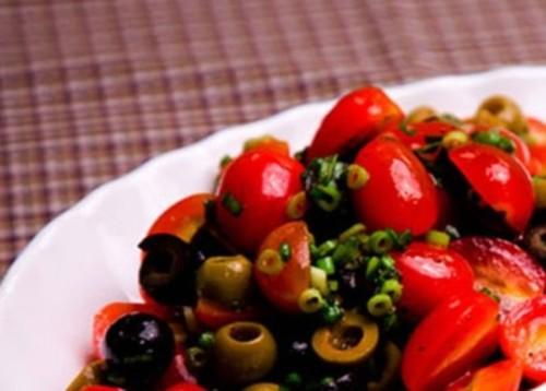 Легкий салат з помідорами, маслинами і оливками