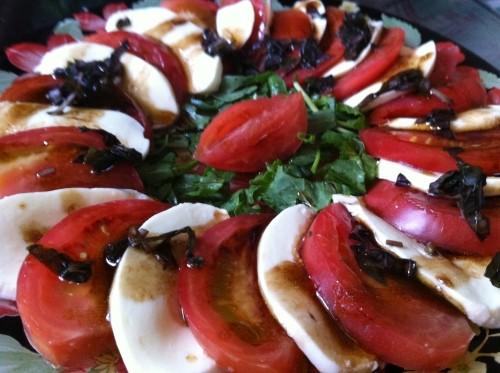 Легкий салат з помідорами, сиром і базиліком