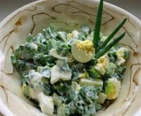 Легкий салат із зеленою цибулею, сметаною і яйцем