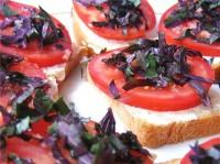 Літні бутерброди з томатом та базиліком