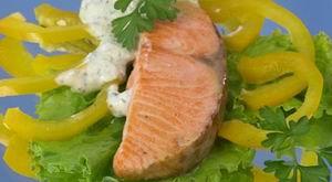 Лосось із салатом